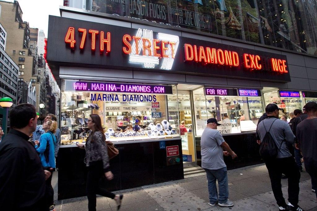 1f6d42e6 ... в самом центре и всегда в одной торговой зоне. Одиночные небольшие  магазинчики или мастерские рассредоточены, как правило, в жилых кварталах  города.